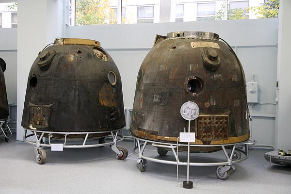 Descent modules of Zond-5 (left) and Soyuz-3 (right) 2006-10 (C) Seiji Yoshimoto